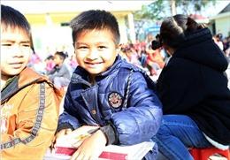 Ấm áp chương trình 'Cùng em đến trường'tại Mường Nhà, Điện Biên