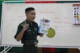 Lớp học tiếng Anh miễn phí của thầy giáo mang quân hàm xanh