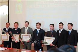 Mít tinh kỷ niệm và trao tặng huy hiệu Đảng tại Đảng bộ Kharkiv (Ukraine)