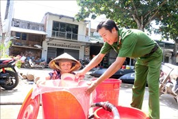 Chia sẻ khó khăn với các hộ dân thiếu nước