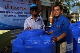 Tặng bồn chứa nước cho đồng bào Khmer nghèo vùng hạn mặn Kiên Giang