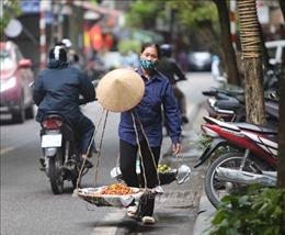 Dịch COVID-19: Người bán hàng rong vẫn 'ngược xuôi' trên các ngõ phố