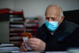 Bác sĩ 99 tuổi không 'nghỉ hưu'để giúp đỡ các bệnh nhân COVID-19