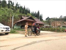 Người dân thôn Pín Tủng nghiêm túc phòng, chống dịch COVID-19