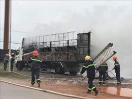 Xe tải chở hàng chục xe máy bất ngờ bị thiêu rụi giữa đường