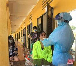 Lấy mẫu xét nghiệm SARS-CoV-2 cho 161 công dân cách ly tại Thanh Hóa