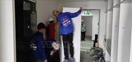 Hà Nội bắt đầu tháo dỡ tường phía trong tầng 18 tòa nhà 8B Lê Trực