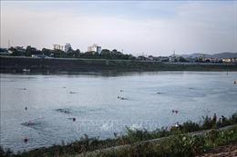 Phớt lờ biển cấm, người dân thành phố Hòa Bình 'vô tư' tắm trên sông Đà