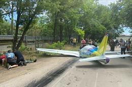 Gặp nạn sau cất cánh, máy bay hạng nhẹ rơi trúng một siêu thị lớn