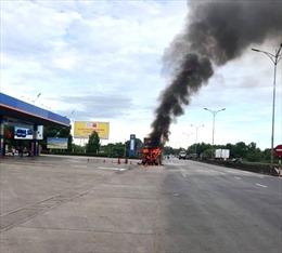 Cháy xe đầu kéo gần cây xăng trên Quốc lộ 1A