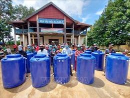 Trao tặng hàng trăm bồn chứa nước sạch cho người nghèo vùng biên