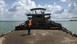 Phát hiện2 sà lan vận chuyển cát trái phép trên vùng biển Cần Giờ