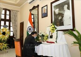 Thứ trưởng Ngoại giao Nguyễn Quốc Dũng ghi sổ tang viếng nguyên Tổng thống Ấn Độ