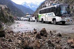 Lở đất chôn vùi xe khách chở 15 người ở Pakistan