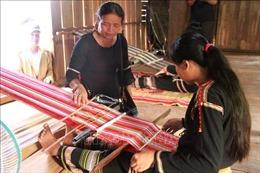 'Giữ lửa' nghề dệt thổ cẩm truyền thống của dân tộc Êđê
