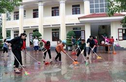 Khẩn trương vệ sinh trường lớp sau lũ, đón học sinh đi học trở lại