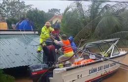 Cứu người trong mưa lũ ở Quảng Bình