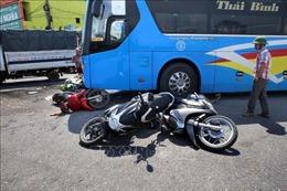 Xe khách đâm nhiều xe máy đang dừng đỗ làm 4 người bị thương