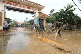 Huyện Lệ Thủy huy động tổng lực vệ sinh môi trường sau lũ lụt
