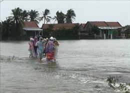 Nước lũ dâng cao đang chia cắt nhiều khu dân cư ở Phú Yên