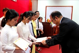 Trao học bổng hỗ trợ sinh viên Đại học Huế