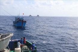 Khắc phục thành công sự cố tàu cá của ngư dân bị hỏng máy trên biển