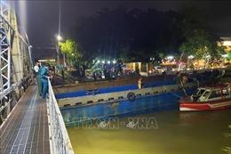 Huy động khoảng 100 người 'giải cứu'sà lan 500 tấn mắc kẹt dưới gầm cầu