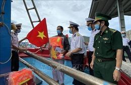 Bộ Tư lệnh Vùng 4 Hải quân tặng quà, khám, phát thuốc cho ngư dân