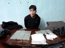 Tạm giữ hình sự 2 đối tượng vận chuyển 9 bánh heroin và 1 kg ma túy đá