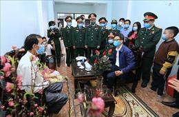 Phó Thủ tướng Vũ Đức Đam thăm các gia đình có người thân bị cách ly vì dịch COVID-19
