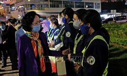 Đồng chí Trương Thị Mai tặng quà Tết cho công nhân đô thị trong đêm giao thừa