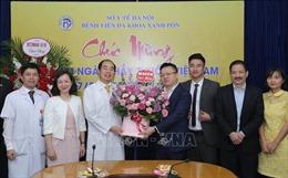 Phó TGĐ TTXVN Lê Quốc Minh chúc mừng một số đơn vị y tế tuyến Trung ương và Hà Nội