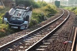 Tàu hỏa húc văng xe ô tô 7 chỗ khiến 3 người thương vong