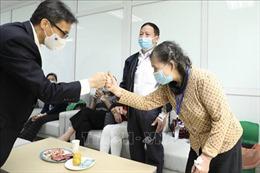 Phó Thủ tướng Vũ Đức Đam thăm, động viên tình nguyện viên tiêm thử nghiệm vaccine Nano Covax