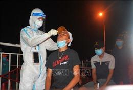 Trắng đêm lấy mẫu xét nghiệm cho 2.500 người dân Cảng cá Thọ Quang, Đà Nẵng