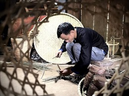 Thanh niên người Mông gìn giữ nghề đan lát truyền thống