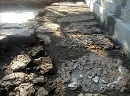 Xuất lộ hệ thống đá ong bó vỉa sát nền móng, thềm bậc cấp điện Thái Hòa