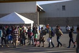 Mỹ tiếp tục hạn chế đi lại tại biên giới với Canada, Mexico