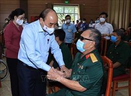 Chủ tịch nước Nguyễn Xuân Phúc thăm, tặng quà thương binh, gia đình liệt sĩ tại Hà Nam