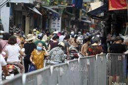 Hà Nội: Một số chợ dân sinh vẫn đông đúc trong ngày đầu thực hiện Chỉ thị 16
