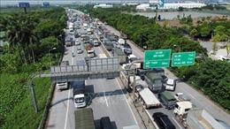 Ùn tắc kéo dài tại chốt kiểm soát cầu Phù Đổng trong ngày đầu Hà Nội thực hiện giãn cách xã hội