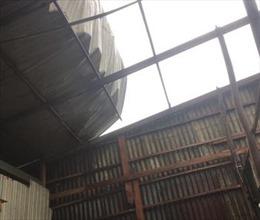Dông, lốc làm sập, tốc mái nhiều nhà dân ở An Giang