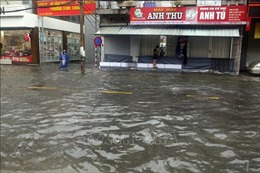 Áp thấp nhiệt đới suy yếu thành một vùng áp thấp, tiếp tục gây mưa lớn ở Trung Bộ