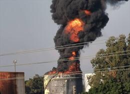 Cháy bồn chứa dầu lớn tại Liban