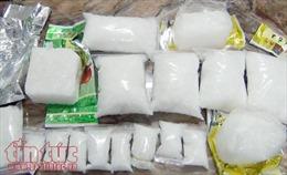 Bắt quả tang vận chuyển 2 kg ma túy đá và 4.000 viên hồng phiến