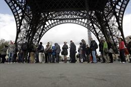 Nhân viên Tháp Eiffel đình công vì thang máy