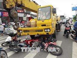 Xe cẩu đâm 4 xe máy chờ đèn đỏ, nhiều người thương vong