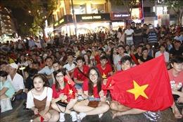 Cổ động viên mong chờ Olympic Việt Nam đoạt Huy chương Đồng