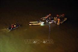 Tìm kiếm ô tô mất lái lao xuống sông Hồng