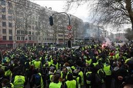 Hàng nghìn người biểu tình 'Áo vàng' đổ xuống đường trên toàn nước Pháp